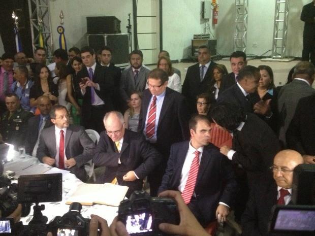 Mauro Nazif assinou o termo de posse ao lado do governador Confúcio Moura e da nova presidência da Câmara dos Vereadores (Foto: Larissa Matarésio/G1)