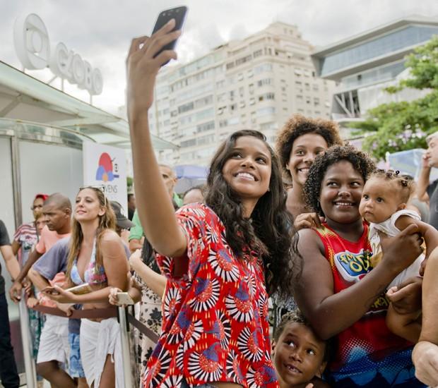 Aline Dias faz selfies com o público (Foto: Mariana Ares)