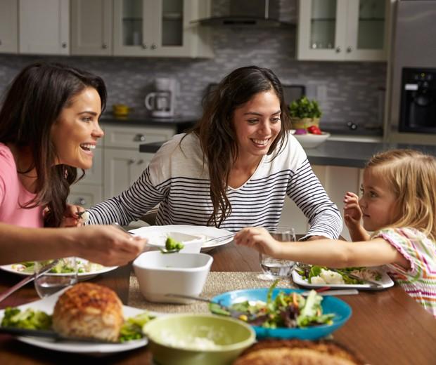 Os hábitos alimentares dos adultos são ensinados às crianças desde cedo (Foto: Thinkstock)