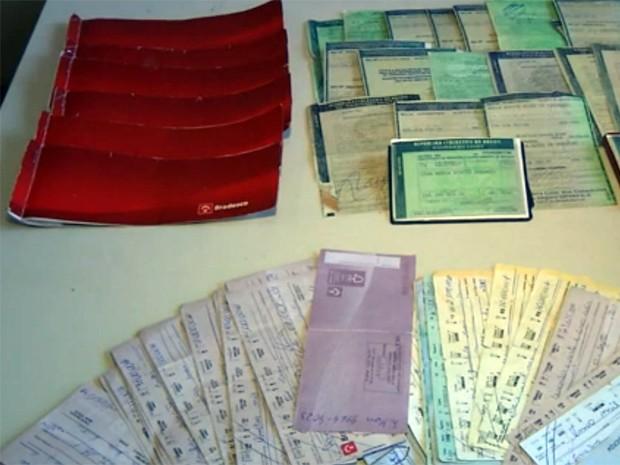 Polícia apreendeu cheques e documentos em casa de integrante de quadrilha em Poços de Caldas (Foto: Reprodução EPTV)