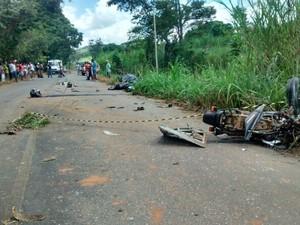 Com o impacto da batida contra o ônibus, a moto ficou completamente destruída. (Foto: Diego Souza/G1)
