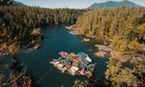 Casal cria ilha flutuante e vive em 'pequeno paraíso'
