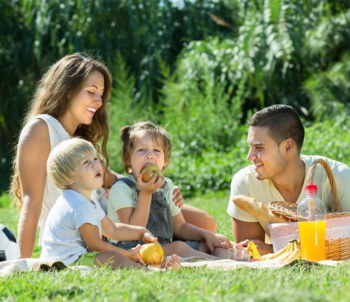 Estimule seus filhos a brincarem ao ar livre, fazendo atividades e brincadeiras com eles em parques e praças (Foto: Divulgação)