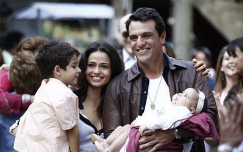 Morena e Théo são felizes ao lado da família; reveja (Salve Jorge/TV Globo)