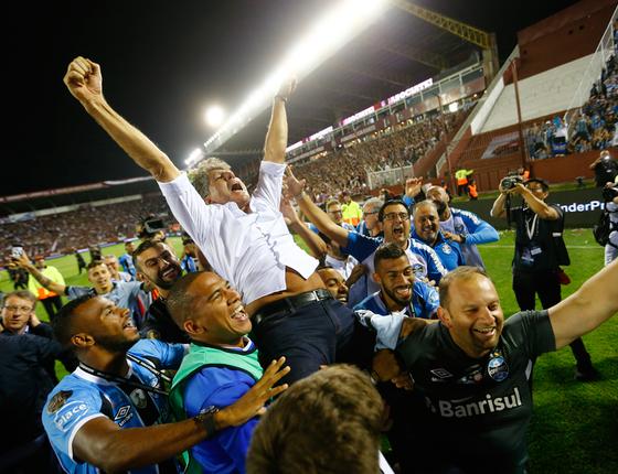Renato Gaúcho carregado pelos jogadores.O idolo no Grêmio é o técnico (Foto:  FELIX ZUCCO/Agência RBS/ESTADÃO CONTEÚDO)