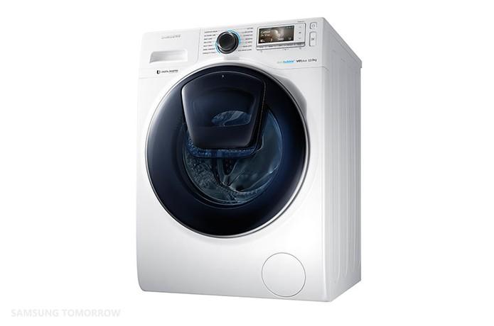 Máquina de lavar roupas da Samsung conta com janela especial para adicionar peças esquecidas (Foto: Reprodução/Samsung Tomorrow)