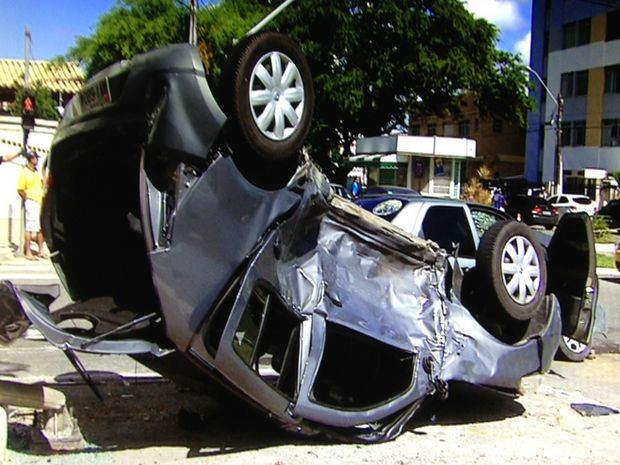 Carro capota após colisão em Avenida de Aracaju (Foto: Reprodução/ TV Sergipe)