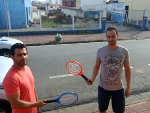 Comerciantes compraram raquetes para matar mosquitos (Foto: Jomar Bellini / G1)