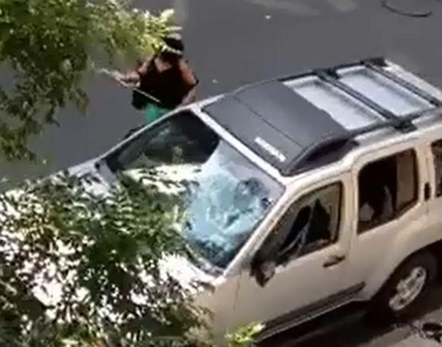 Mulher acabou presa após ser filmada quebrando os vidros do carro de seu marido com um taco de golfe  (Foto: Reprodução/YouTube/Crackillz168)