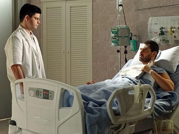 Fernando pede ao enfermeiro para ficar com o jornal (Foto: Amor Eterno Amor/TV Globo)