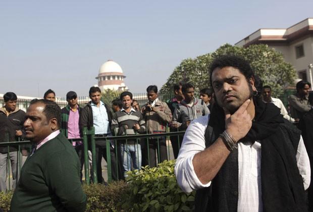 Ativistas pelos direitos dos gays ficaram do lado de fora da Suprema Corte da Índia aguardando decisão. Corte resolveu voltar a proibir relações sexuais entre gays no país nesta quarta-feira (11) (Foto: Tsering Topgyal/AP)