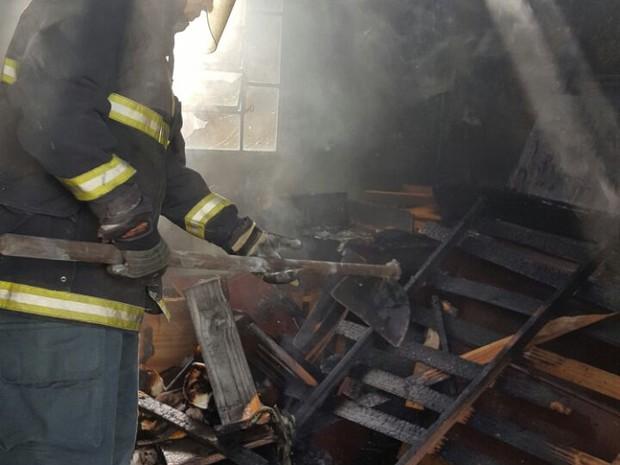 Móveis e percences foram consumidos pelo fogo (Foto: Corpo de Bombeiros)