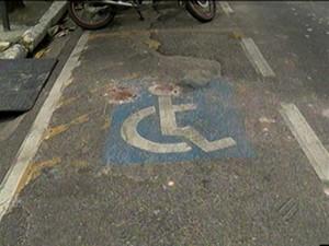 Identificação no asfalto de vaga para portadores de necessidades especiais (Foto: Reprodução/TV Liberal)
