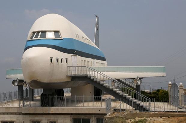 Casa em forma de avião na cidade libanesa de Miziara (Foto: Aziz Taher/Reuters)