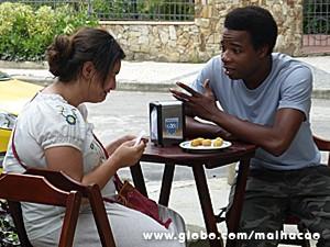 Fred consola a moça, que não para de chorar (Foto: Malhação / TV Globo)
