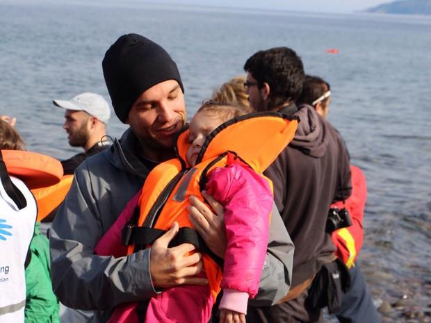 Advogado brasileiro Edgard Raoul Gomes ajuda menina refugiada no litoral da Grécia (Foto: Arquivo pessoal/Edgard Raoul Gomes)