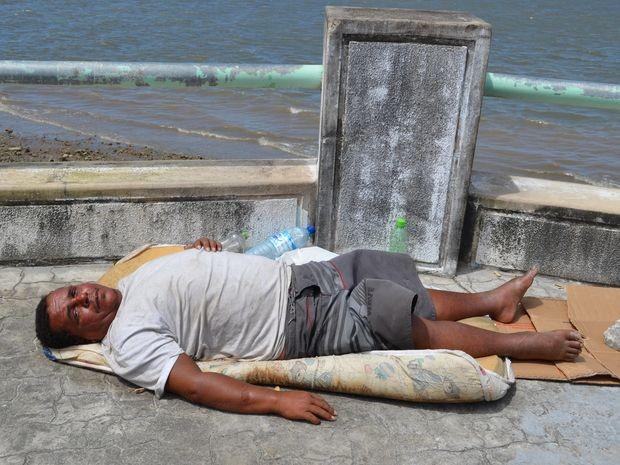 Morador de rua ficou sob a chuva e o sol durante quatro dias (Foto: Marina Fontenele/G1)