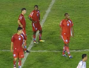 Jogadores do Guaratinguetá contra Barueri na Copa do Brasil sub-20 (Foto: Célio Junior/ www.sempreguara.com)