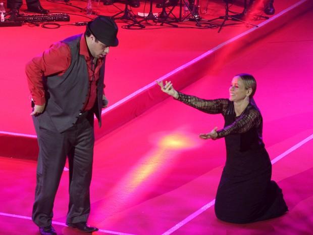 Giulia Gam dança com Tiago Abravanel em premiação no Rio (Foto: Alex Palarea e Felipe Assumpção/ Ag. News)