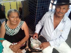 Casal de idosos levou marmita para aguentar espera na fila do INSS (Foto: Marina Fontenele/G1)