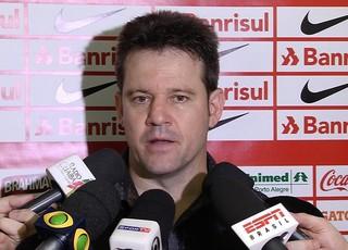 Técnico Argel Fucks em coletiva de imprensa após derrota de Inter para Santos na Vila Belmiro (Foto: Reprodução/SporTV)