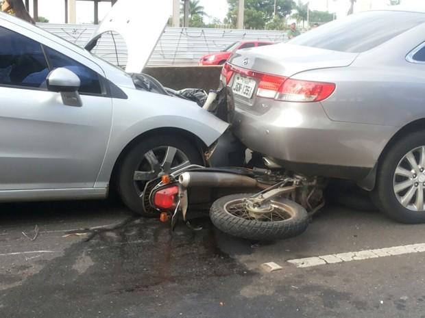 Moto prensada entre carros na Ponte JK, em Brasília (Foto: Isabella Formiga/G1)