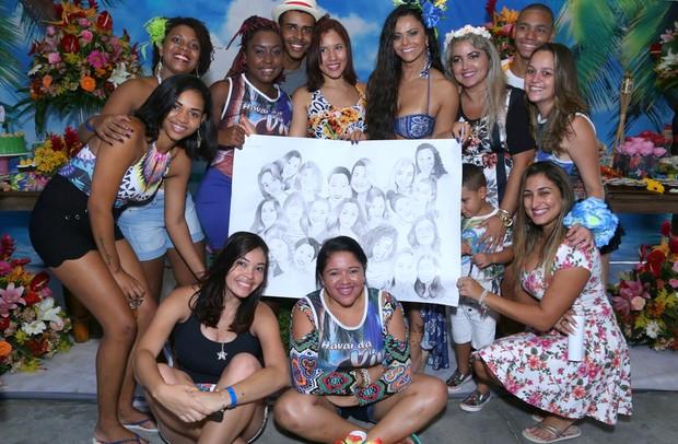 Viviane Araújo se diverte em festa surpresa preparada por fã-clube (Foto: Anderson Borde / AgNews)