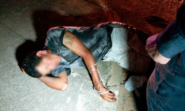 Amarrado, suspeito foi agredido até a chegada da polícia (Foto: Marksuel Figueiredo/Inter TV Cabugi)