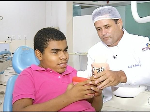 'Esculpia de olhos fechado', diz protético que fez estruturas ampliadas  (Foto: Reprodução/TV Anhanguera)