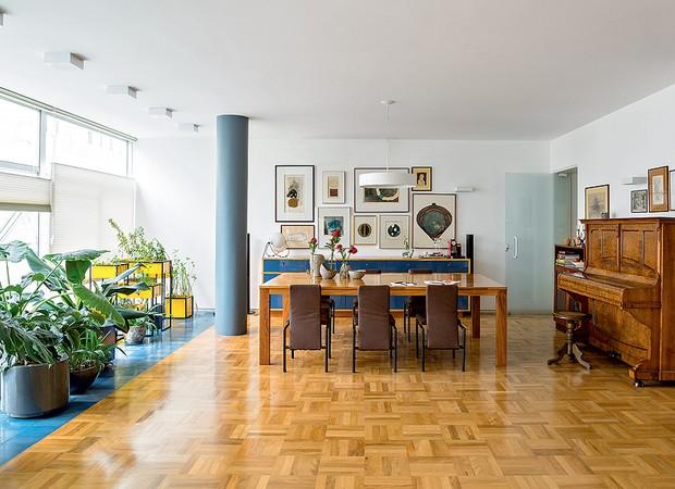 Com tacos de peroba, a sala de jantar mantém as características originais do imóvel, um apartamento dos anos 60, no Rio de Janeiro. Projeto do arquiteto Apoena Amaral, do escritório Doisamaisv (Foto: Edu Castello/Editora Globo)