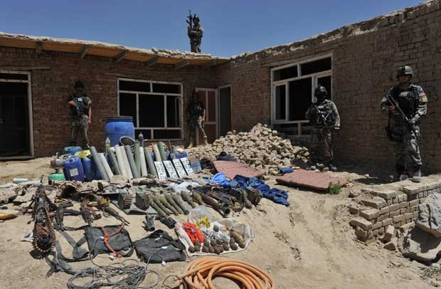 Armamentos que estariam com os rebeldes mortos nesta quinta (2) (Foto: Reuters)
