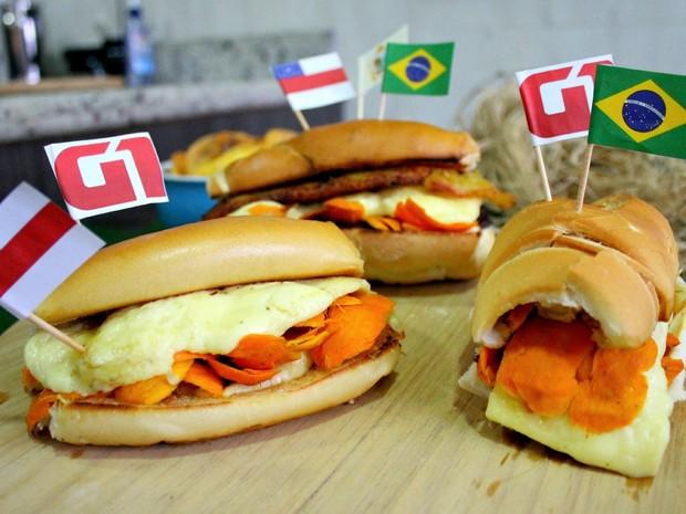 O sanduíche recheado com tucumã, popularizado pelos amazonenses como 'x-caboquinho' é a dica de quitute do G1 para torcer pelo Brasil na Copa do Mundo  (Foto: Jamile Alves/G1 AM)