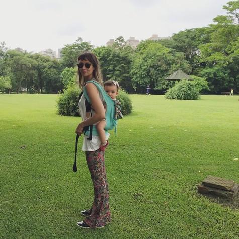 Flávia Rubim e sua filha Cora (Foto: Reprodução )