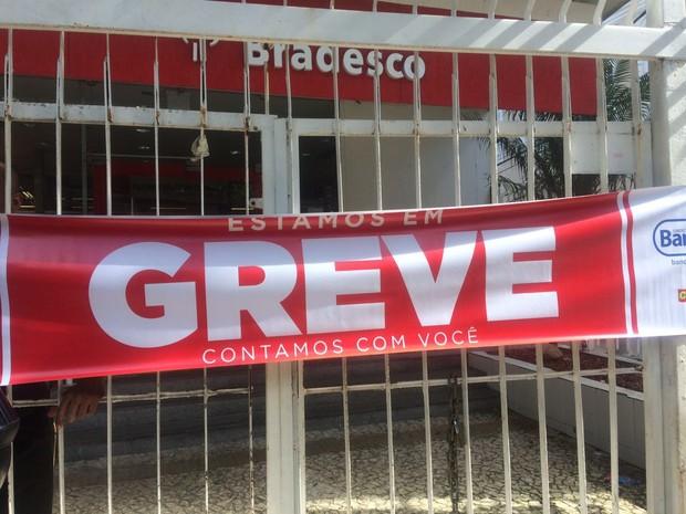 Agência do Bradesco fechada, com cartaz de greve, na Avenida Sete, centro de Salvador, na manhã desta terça-feira (6) (Foto: Natally Acioli/G1)