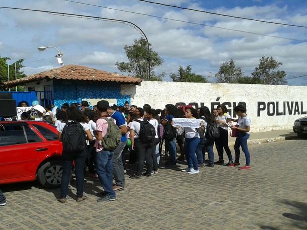 Grupo questiona falta de profissionais e aulas reduzidas nas escolas  (Foto: Edisia Santos / TV São Francisco )