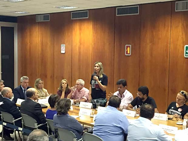 Diretora do Sinpro Rosilene Correa fala em reunião sobre greve dos professores, no Palácio do Buriti, em Brasília (Foto: Alexandre Bastos/G1)