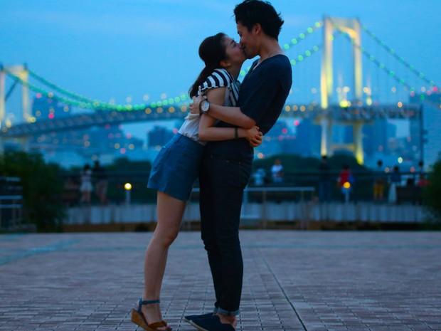 O fotógrafo argentino Ignacio Lehmann fez mais de 1,5 mil fotos para um projeto intitulado 'A volta ao mundo em 100 beijos', no qual retrata demonstrações de afeto em diversos países do mundo. Este casal foi clicado em Tóquio, no Japão.  (Foto: Ignacio Lehmann/BBC)