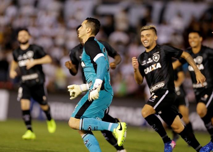 Gatito Fernández após pênalti que garantiu classificação do Botafogo (Foto: Reuters)