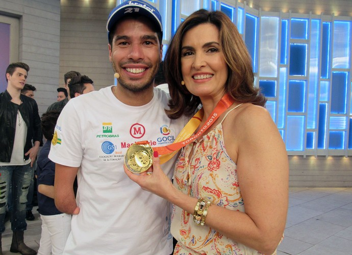 Fátima Bermandes exibe medalha do nadador Daniel Dias (Foto: Melina Mantovani/ Gshow)