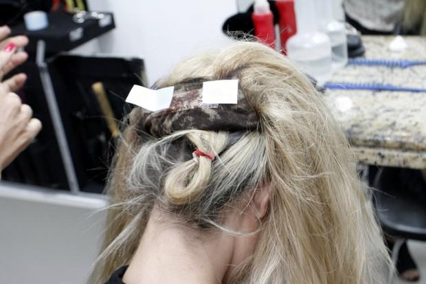 Prótese capilar com as fitas prontas para serem coladas no couro cabeludo (Foto: Marcos Ferreira/ Ag. Brazil News)