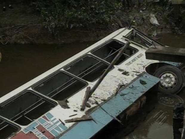 Um dos agricultores que estavam no ônibus que caiu de ponte dentro do rio morreu (Foto: Reprodução / TV Liberal)