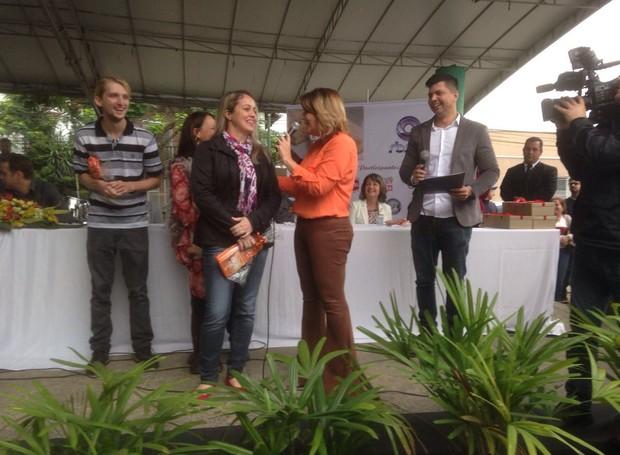 Dona da cuca de banana recebeu uma TV como prêmio por vencer concurso (Foto: RBS TV/Divulgação)