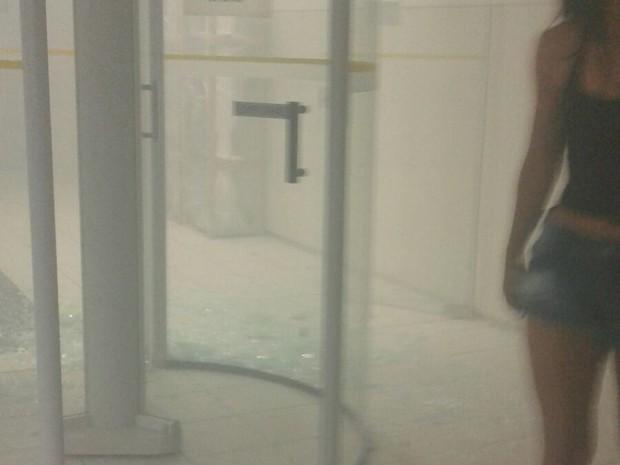 Porta de vidro da agência do Banco do Brasil foi danificada pelos criminosos
