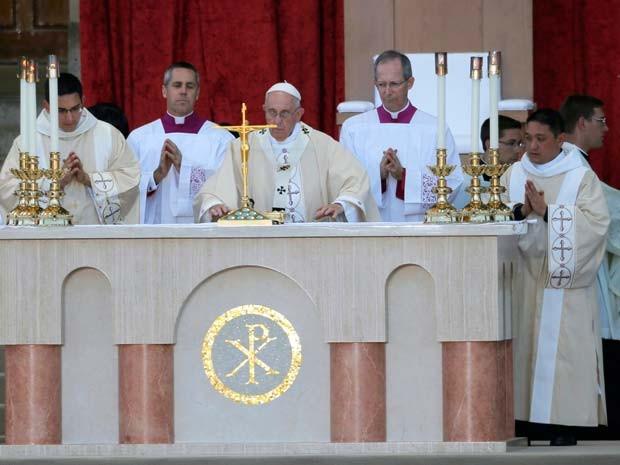 Papa realiza missa de canonização de padre espanhol nesta quarta-feira (23) em Washington (Foto: REUTERS/Brian Snyder)