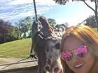 Ellen Rocche mostra foto de férias, mas língua 'sapeca' de girafa é destaque