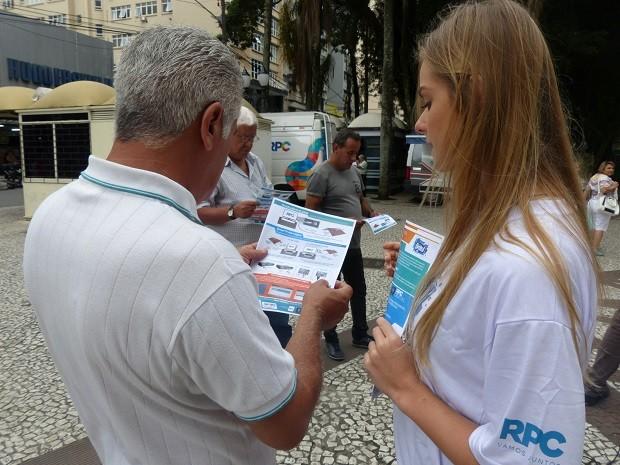 Quem parou, recebeu um panfleto sobre a mudança (Foto: Divulgação/RPC)