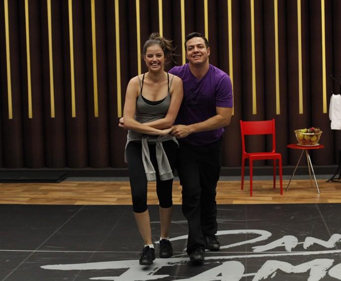 Atriz aparece sorridente em treino ao lado do professor Leandro Azevedo (Foto: Artur Meninea/Gshow)