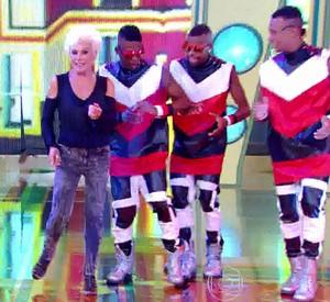 Apresentadora do Mais Você mostra habilidade nos passinhos (Foto: Esquenta!/TV Globo)