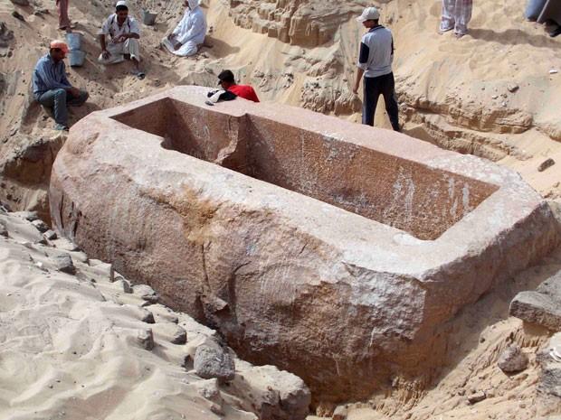 Foto tirada no dia 1º de janeiro, divulgada nesta segunda-feira (6) pelo Conselho Supremo de Antiguidades do Egito, mostra a câmara que abriga o sarcófago do faraó Sobekhotep I, no sul de Abydos, no Egito. (Foto: Photo/SCA)