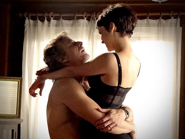 Max agarra Nina, mas acaba dormindo (Foto: Avenida Brasil / TV Globo)